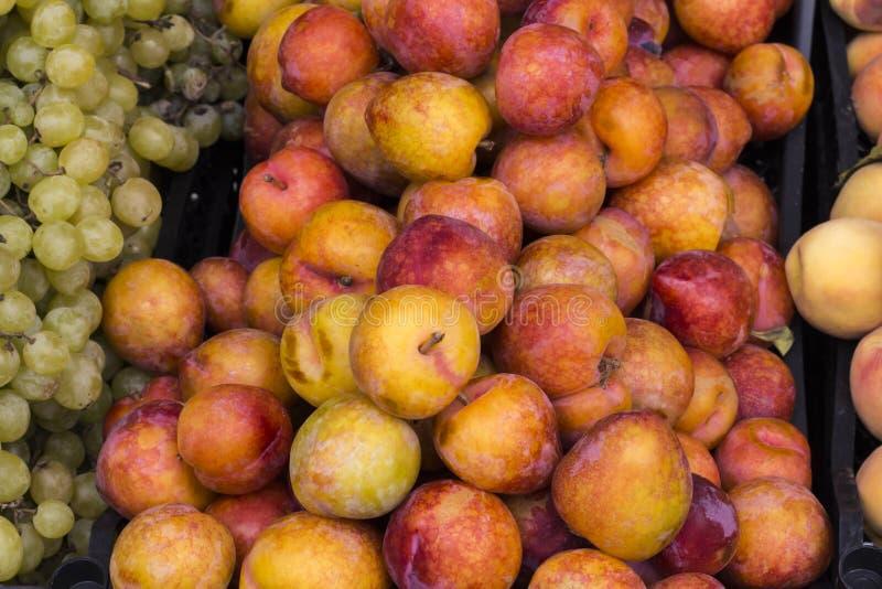 Prugne ed uva sul mercato fotografia stock