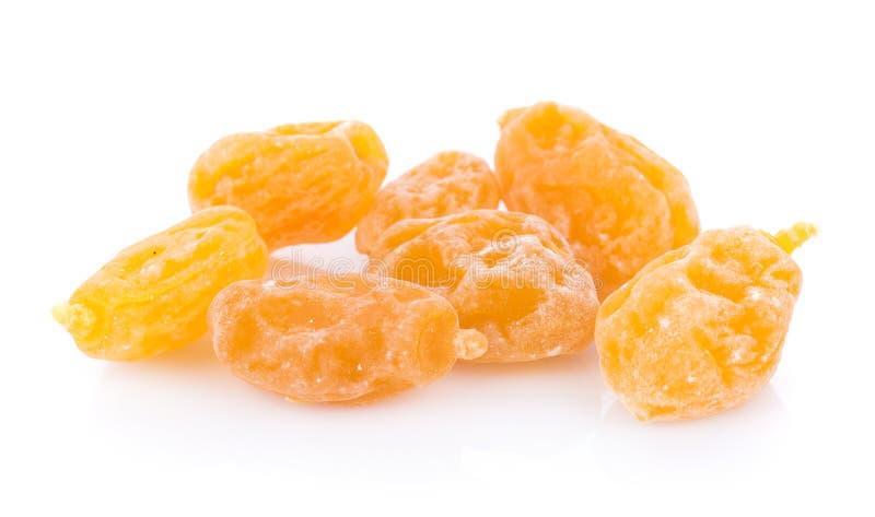 Prugne gialle asciutte su fondo bianco Vista superiore fotografie stock libere da diritti