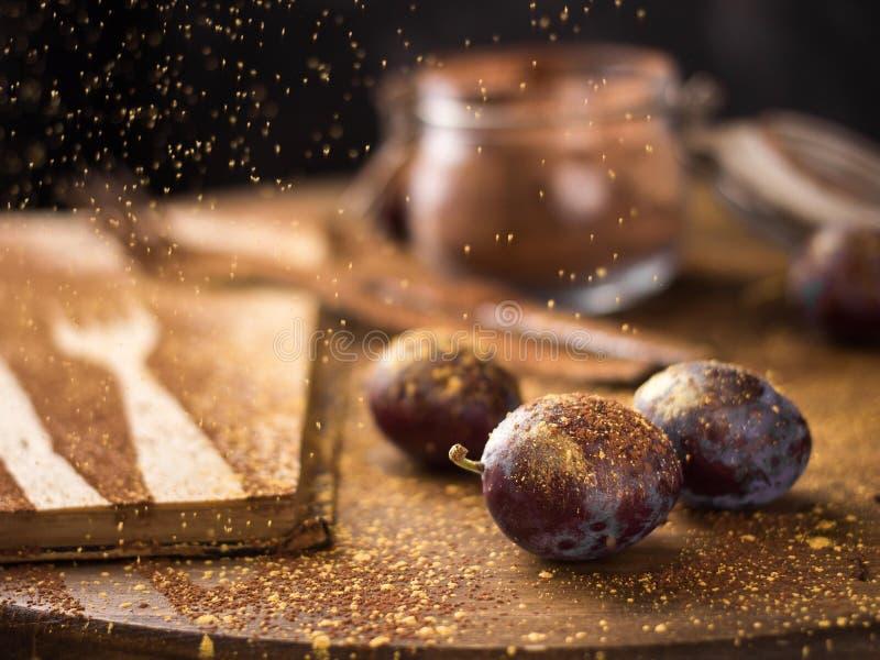 prugne in oro e cacao tremuli fotografia stock libera da diritti