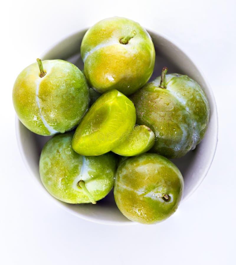 Prugne verdi deliziose fresche e claudias crudi immagini stock