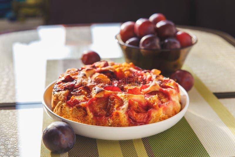Pruimcake en vruchten stock foto's