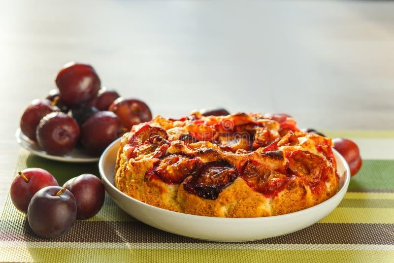 Pruimcake en vruchten stock foto