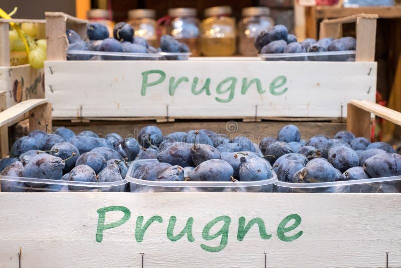Pruimen op verkoop in manden bij Eataly-high-end voedselmarkt in Turijn, Italië royalty-vrije stock foto