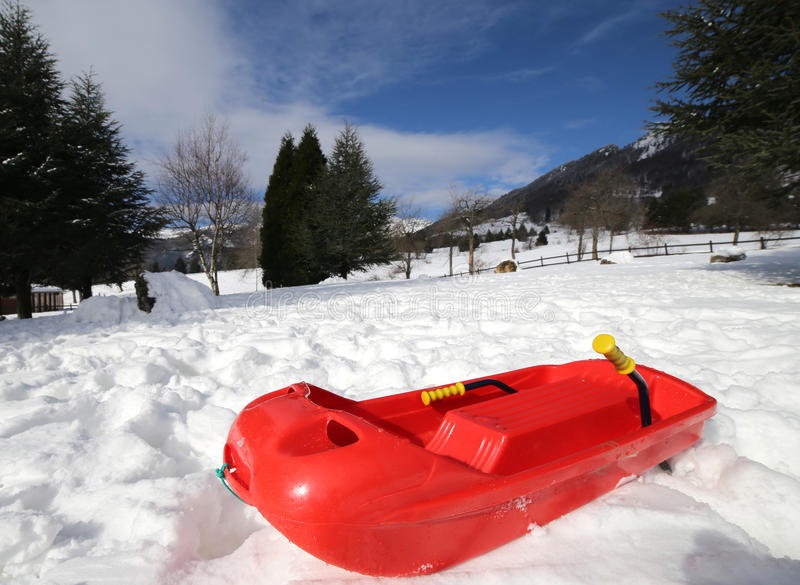 Prumo vermelho isolado a jogar na neve fotografia de stock royalty free