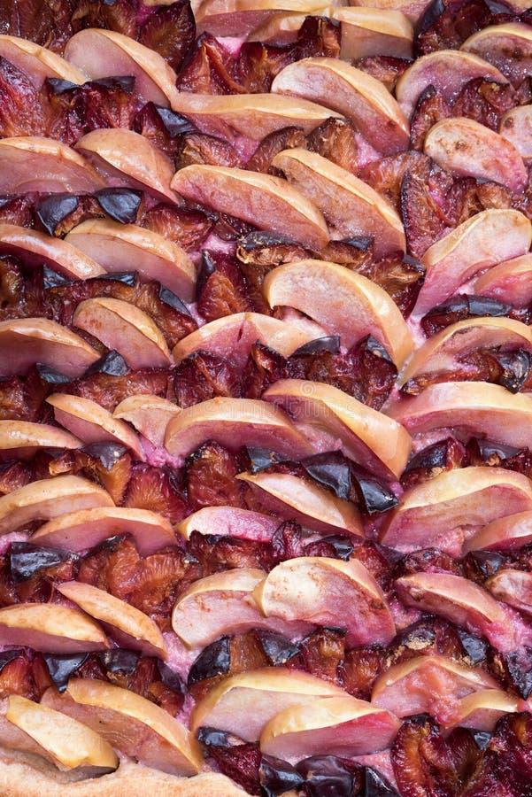 Prune et gâteau aux pommes photographie stock