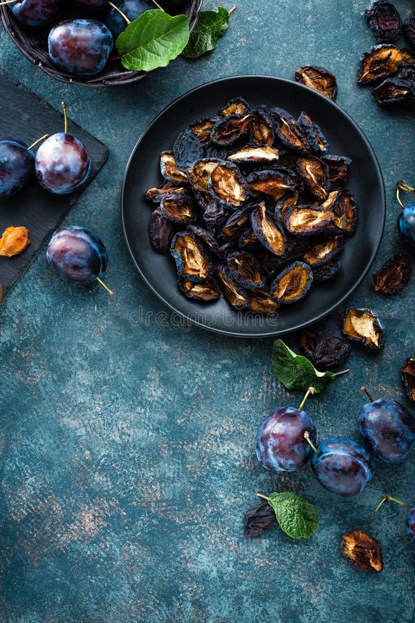 Pruneau et prunes fraîches avec des feuilles image stock