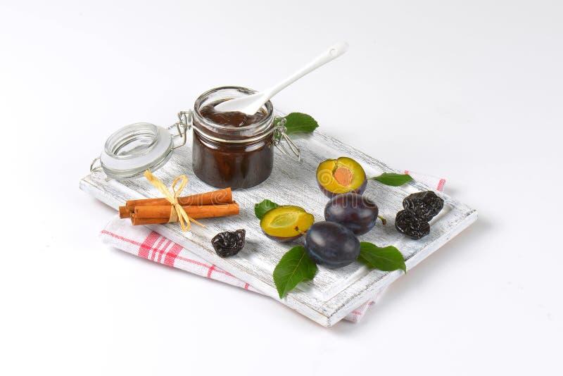 Prunes de confiture de prune, fraîches et séché image libre de droits