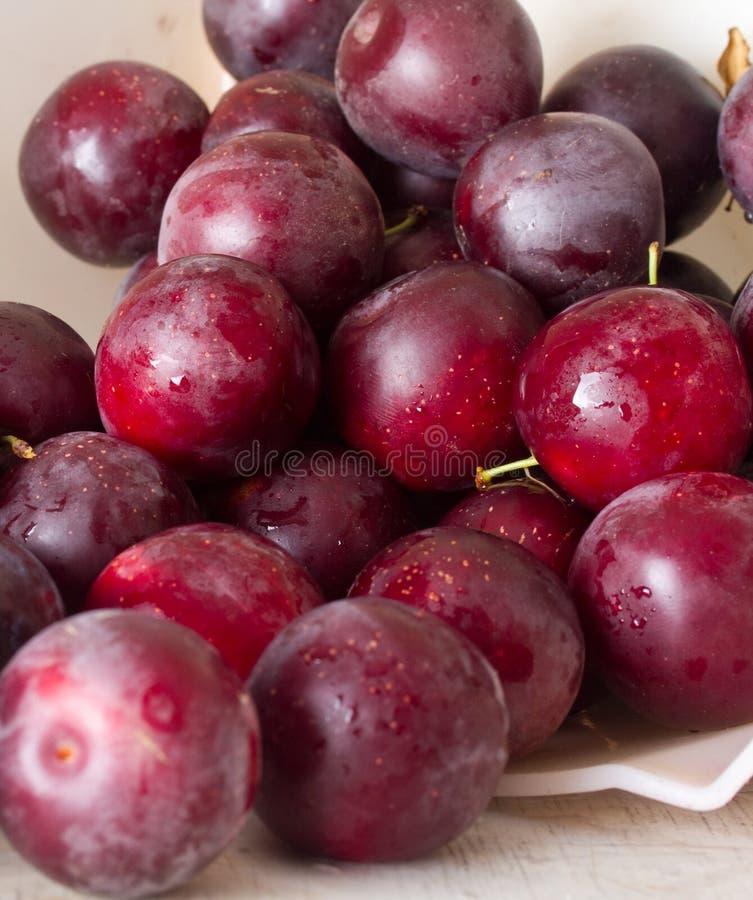 Prunes et cerise-prune mûres sur une table image libre de droits