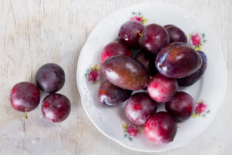 Prunes et cerise-prune mûres sur une table images libres de droits