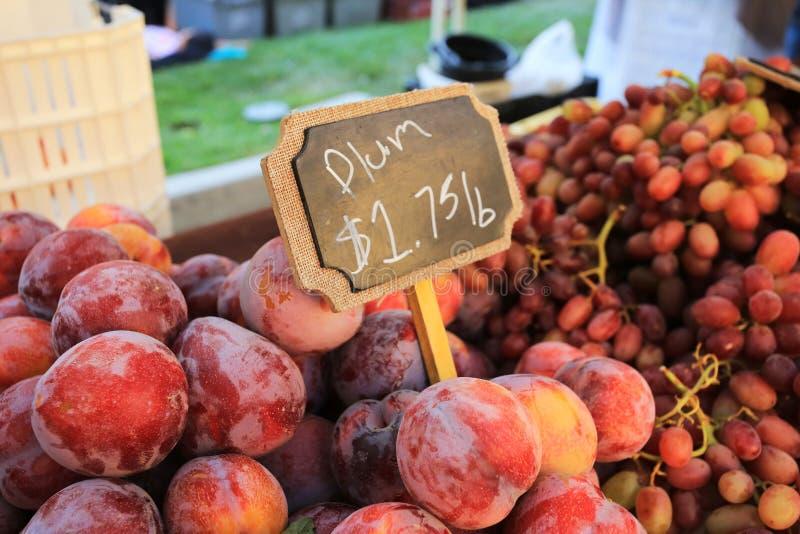 Prunes fraîches d'un marché de la Californie photographie stock
