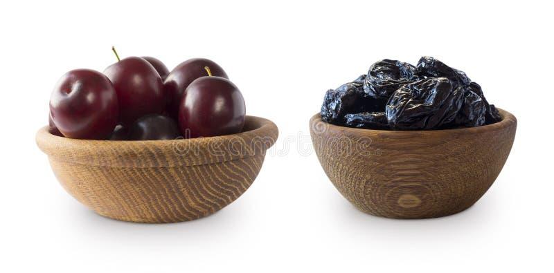 Prunes fraîches et pruneaux d'isolement sur un fond blanc Pruneaux et prunes fraîches dans une cuvette sur le fond blanc Pru sec photo stock