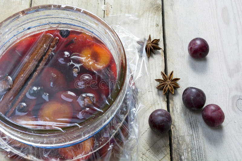 Prunes marinées faites maison dans un pot en verre sur le bois rustique images stock