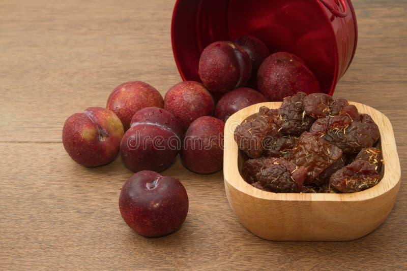 Prunes rouges sèches et fraîches photographie stock