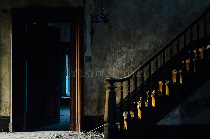 Prunktreppe am Foyer - verlassenes Haus stockbilder