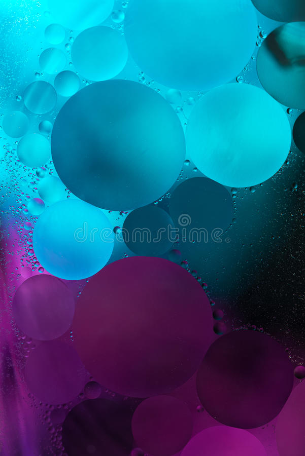 Pruple, μπλε πτώσεις πετρελαίου κλίσης στο νερό - αφηρημένο υπόβαθρο στοκ φωτογραφίες με δικαίωμα ελεύθερης χρήσης