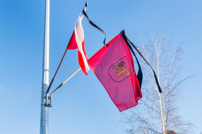 Pruszcz Gdanski och polska flaggor med det svarta bandet arkivfoto