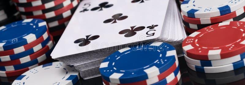 Pryda av spela kort som omges av pokerchiper som är nära upp det långa fotoet fotografering för bildbyråer