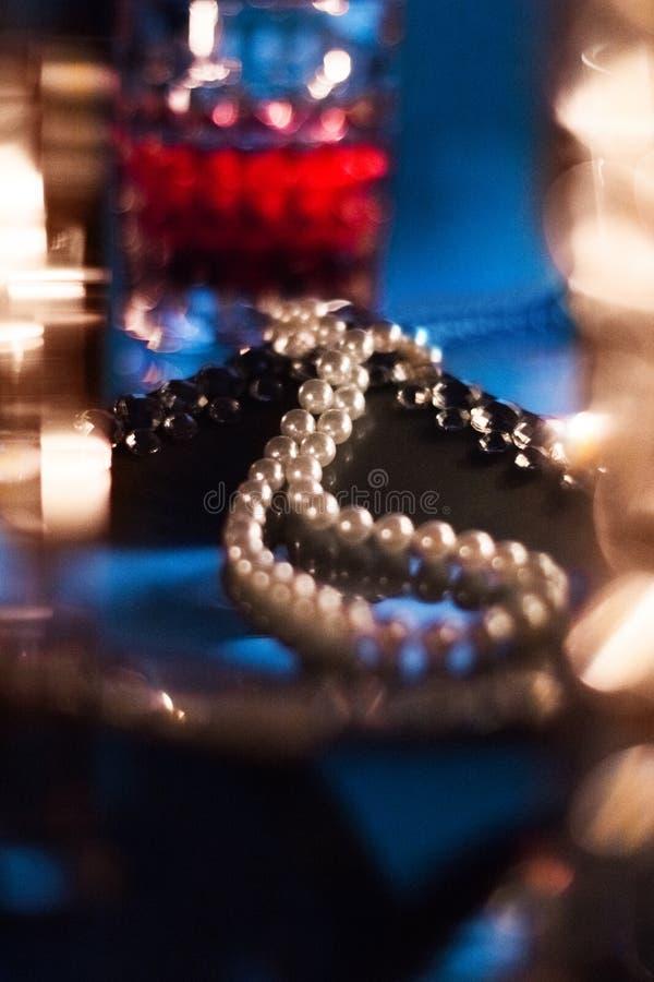 pryda med pärlor halsbandet, luxe gåva royaltyfri bild