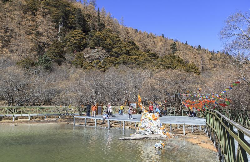 Pryda med pärlor sjön på den Yading naturreserven i Sichuan, Kina royaltyfri foto