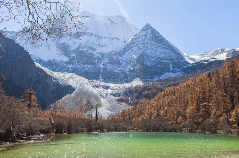 Pryda med pärlor sjön på den Yading naturreserven i Sichuan, Kina fotografering för bildbyråer