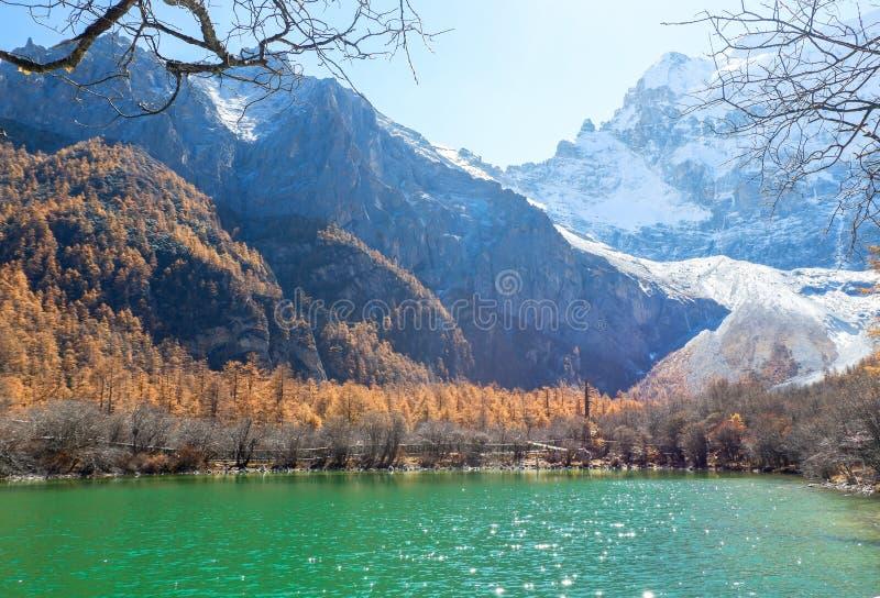 Pryda med pärlor sjön på den Yading naturreserven i Sichuan, Kina arkivfoton