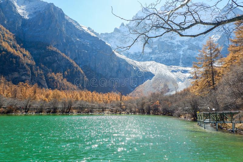 Pryda med pärlor sjön på den Yading naturreserven i Sichuan, Kina royaltyfria bilder