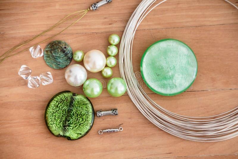 Pryda med pärlor uppsättningen för att göra sig royaltyfri fotografi