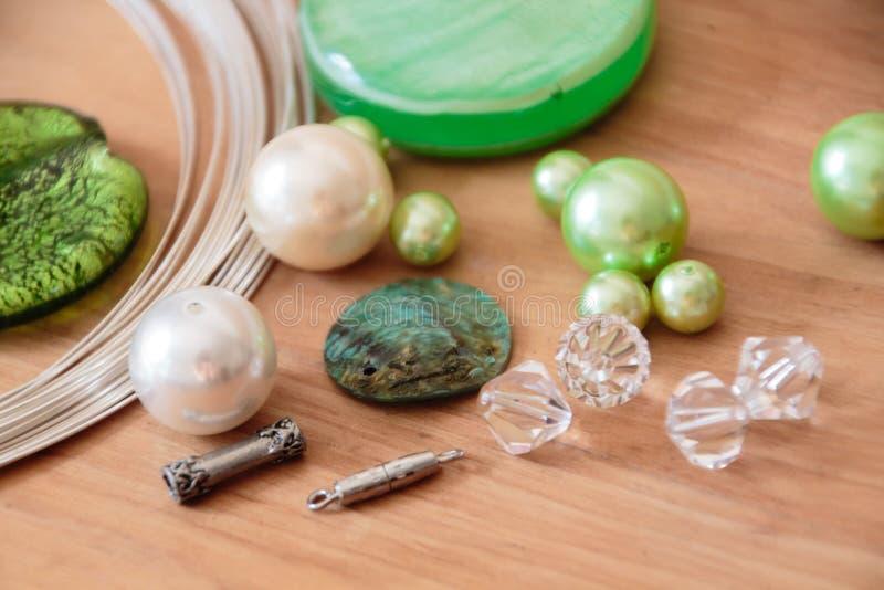 Pryda med pärlor uppsättningen för att göra sig arkivbild