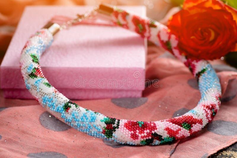 Prydd med pärlor halsband med gåvainpackning royaltyfria bilder