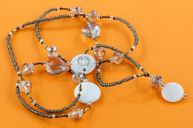 Prydd med pärlor halsband med stenar arkivbild