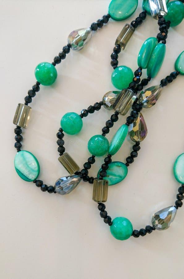 Prydd med pärlor tättsittande halsbandhalsband arkivbild