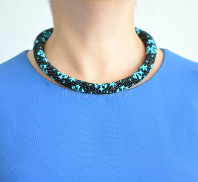Prydd med pärlor tättsittande halsbandhalsband på en hals för modell` s royaltyfria bilder