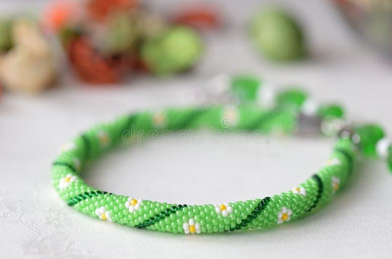Prydd med pärlor virkningtättsittande halsbandhalsband med blommatrycket royaltyfria bilder