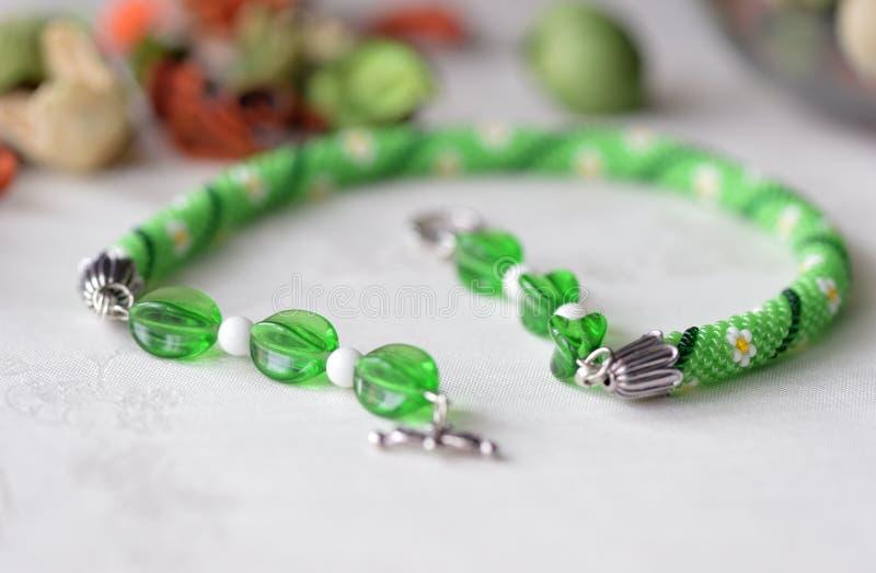 Prydd med pärlor virkningtättsittande halsbandhalsband med blommatrycket fotografering för bildbyråer
