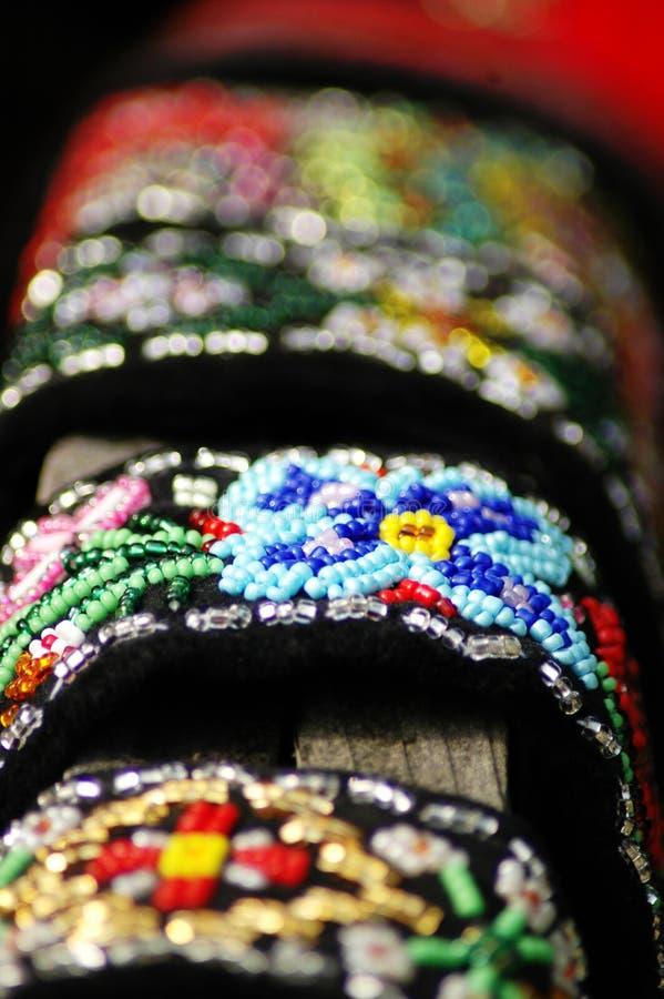prydde med pärlor gjorda handsmycken arkivfoto