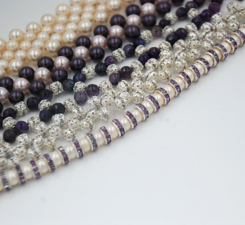 Prydde med pärlor smycken av pärlor och kristaller arkivfoto
