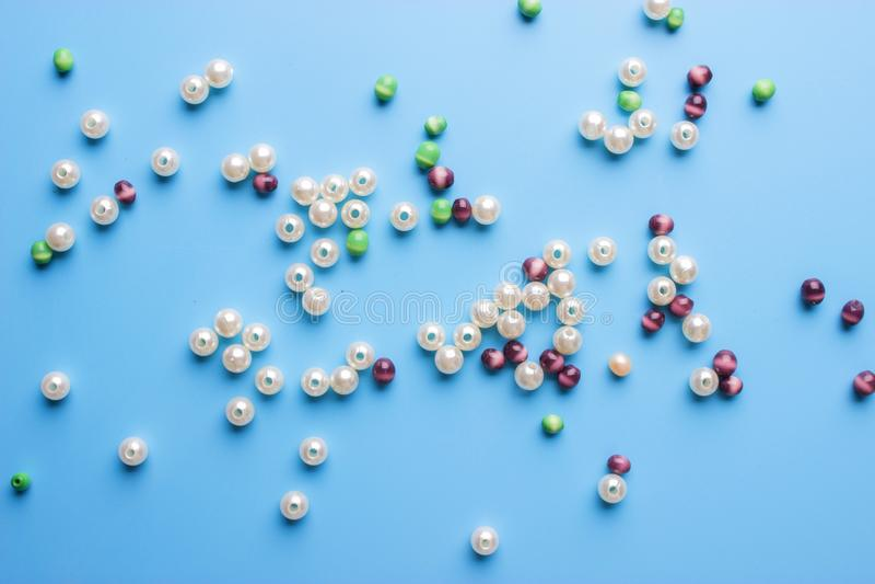 Pryder med pärlor bakgrund Retro färgrik pärlhög för bästa sikt royaltyfri foto