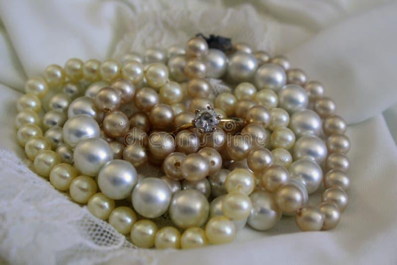 Pryder med pärlor enkelt royaltyfri bild