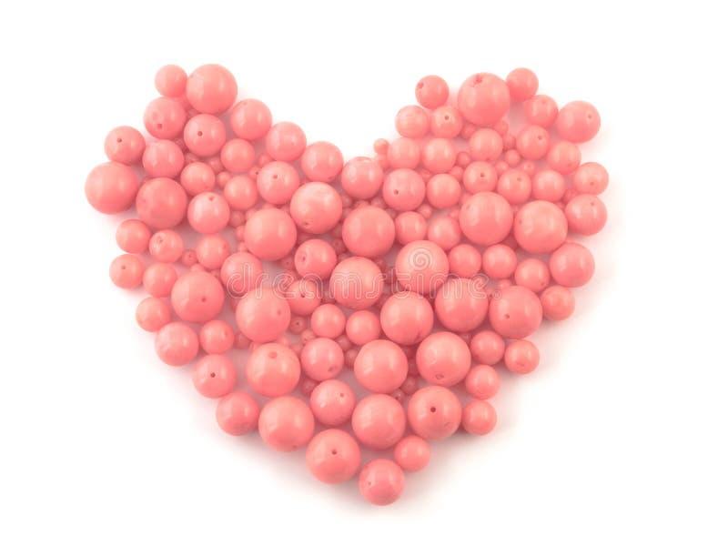 Pryder med pärlor rosa korall för den naturliga gemstonen på en vit bakgrund royaltyfria bilder
