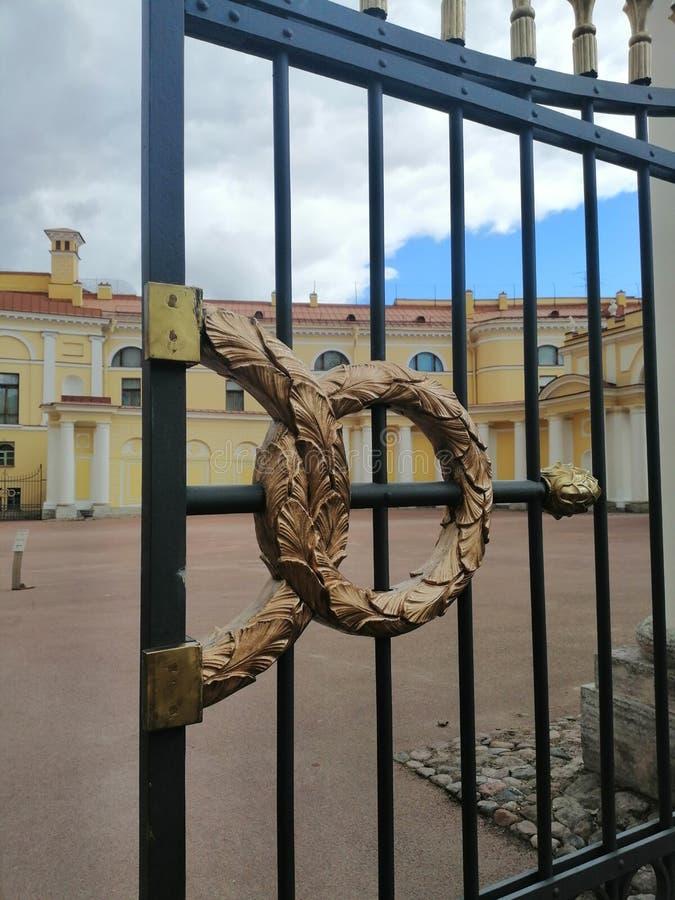 Prydnad av metallportar av slotten royaltyfri fotografi