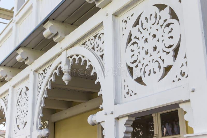 Prydnaddetalj av traditionell brunnsortarkitektur i Sellin arkivbild