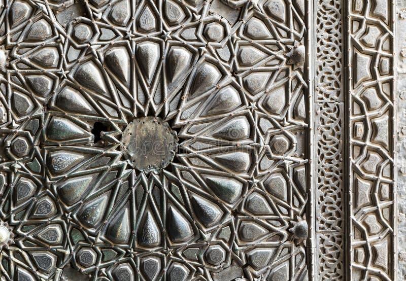 Prydnader av brons-platta den utsmyckade dörren av Sultan Barkouk Mosque royaltyfria foton