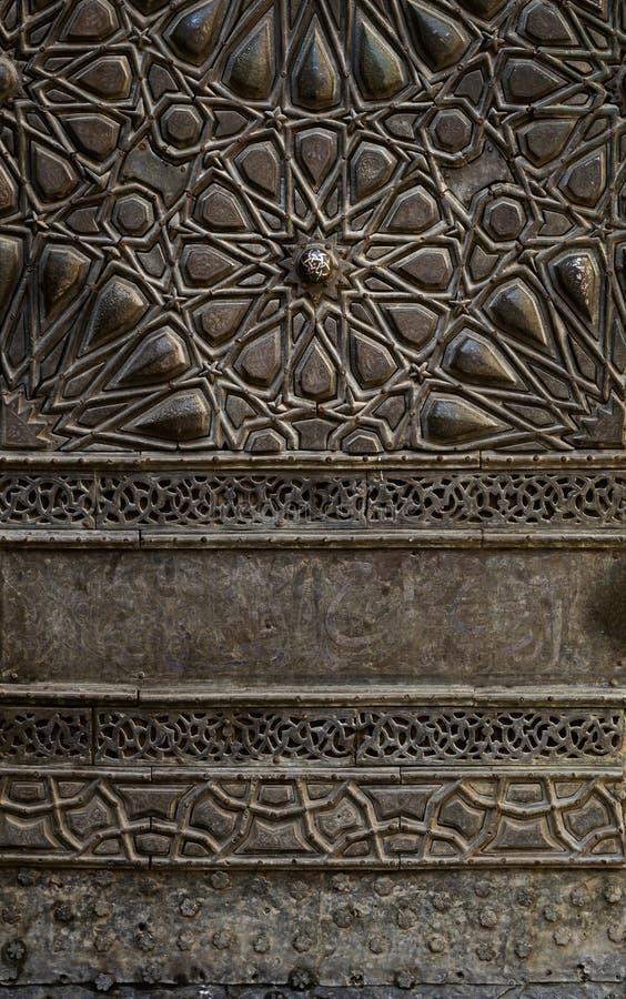 Prydnader av denplatta dörren av en historisk moské i Kairo, Egypten royaltyfri bild