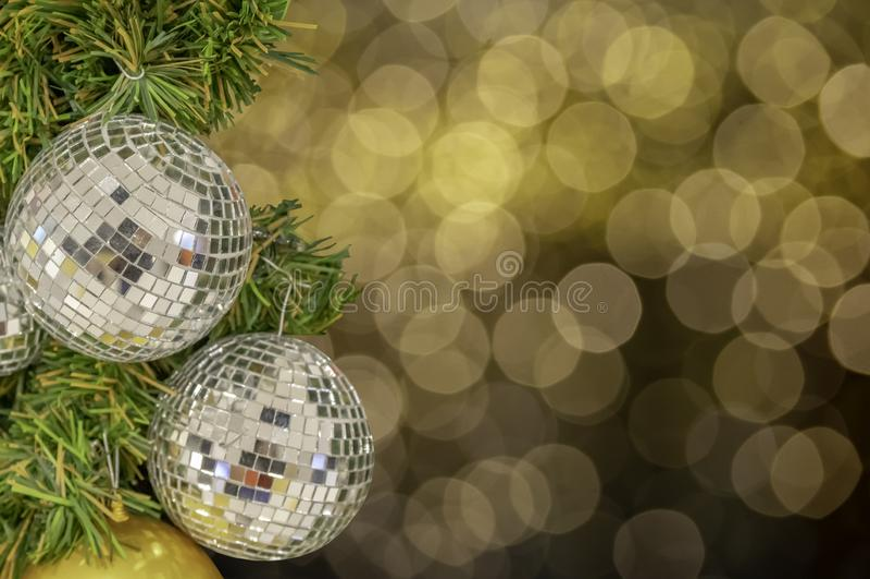 Prydnader för exponeringsglasboll på en julgran och suddiga ljus intelligens royaltyfri fotografi