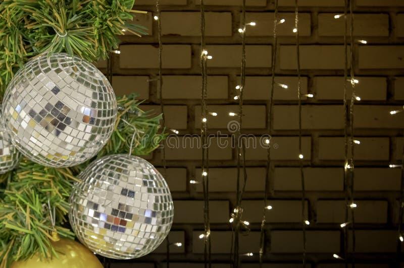 Prydnader för exponeringsglasboll på en julgran och suddiga ljus intelligens royaltyfria bilder