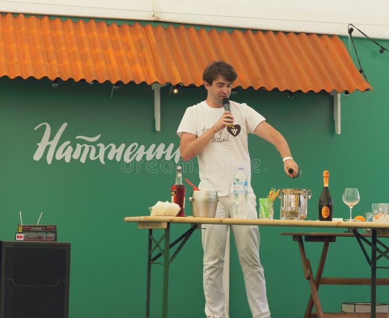 Pryhotovlenye coctail Festival i centret arkivfoto
