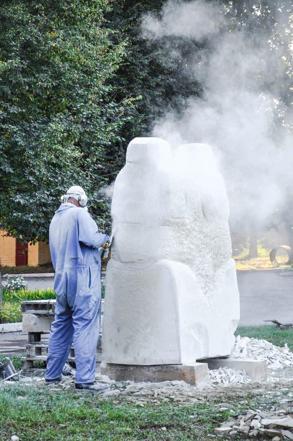 Pryluky, Ukraina - 09/14/2018: Rzeźba sympozjon, tworzenie obraz stock