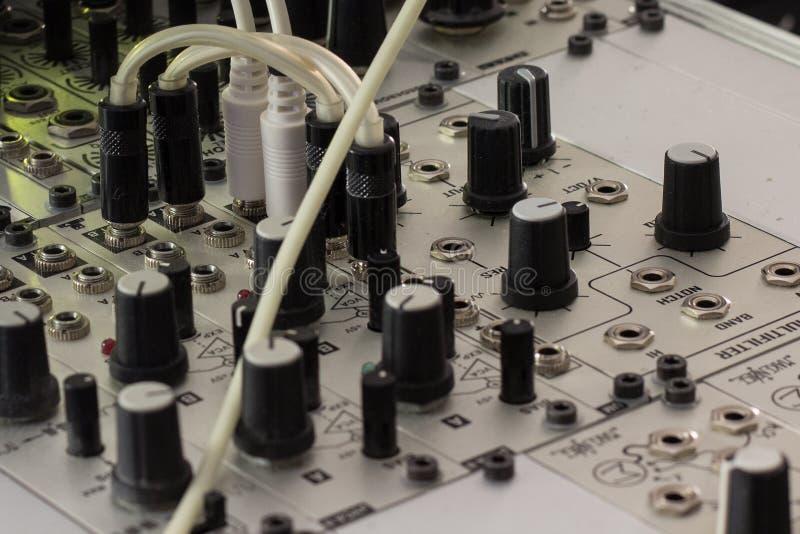Prymki i gałeczki - modularny syntetyk, analogu synth zbliżenie zdjęcia royalty free