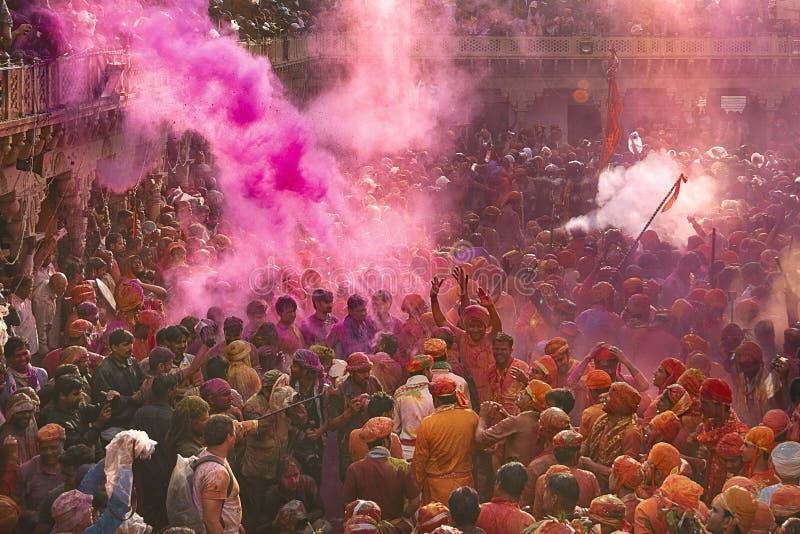 Prysznic colours z słońce promieniem na dewotkach władyka Krishna przy Nand baby świątynią, Nandgaon, India obraz stock