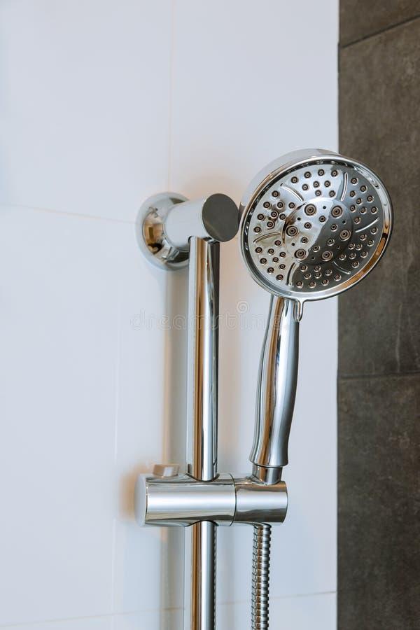 Prysznic głowy kabinka w nowożytnej łazience fotografia royalty free
